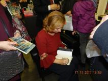 Roberta Strano firma i libri al termine della presentazione molto partecipata del 17 novembre scorso a Spazio Cultura