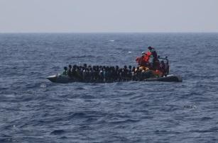 Imbarcazione con i migranti a rischio naufragio